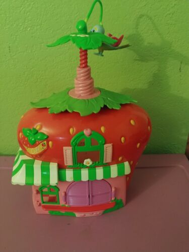 hasbro-strawberry-shortcake-berry-cafe-twirling-bird-doll-house